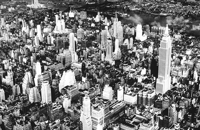 640px-The_center_of_New_York_1932